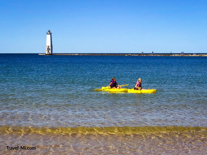 Frankfort Beach and Lighthouse. By Travel-Mi.com